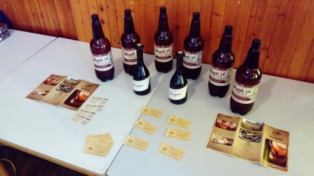 Věcné ceny od ústeckého Pivovaru Na Rychtě a žernoseckého Rodinného vinařství Mikulenkovi (burčák odpočíval v ústraní).
